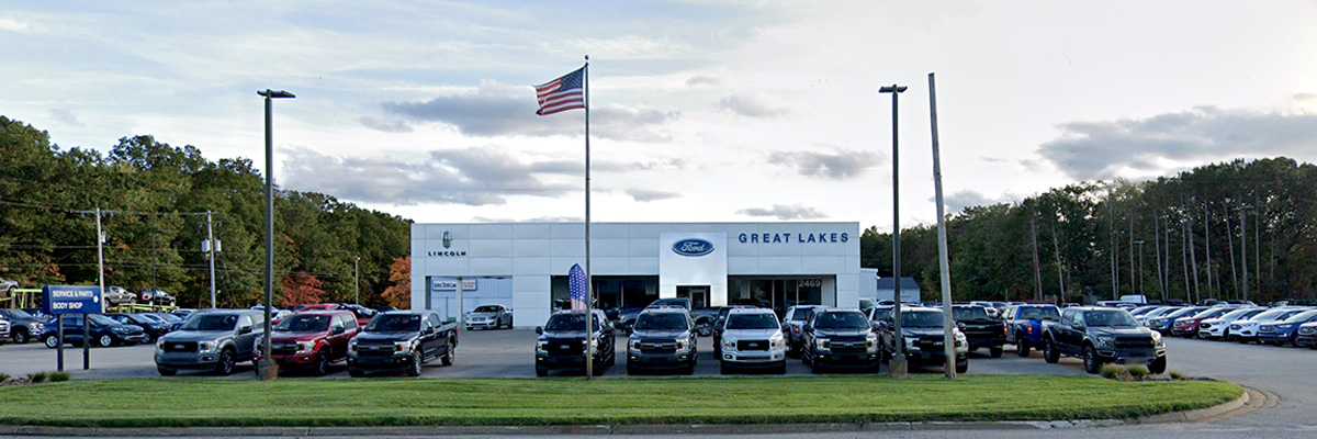 Great Lakes Ford Of Muskegon building front with an American flag flying out front.