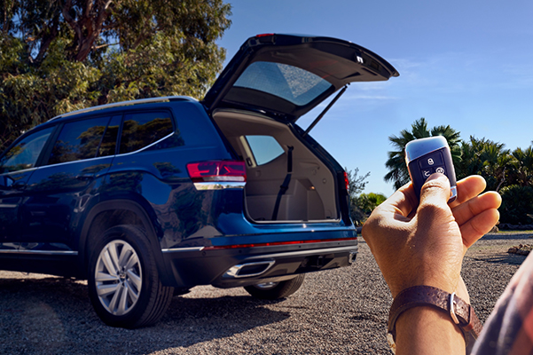 Person holding keys while they remote start their 2020 Volkswagen Atlas