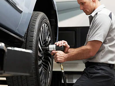 ford mechaninc changing tires